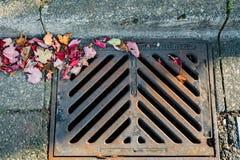 La conduite d'eau retirent l'eau de pollution du système d'égouts de ville photographie stock