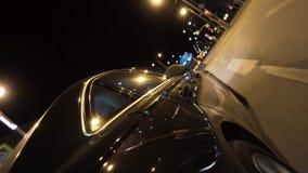 La conduite de nuit vers la fin d'égaliser le temps, vue de la roue, concept de la vie de nuit longueur Fermez-vous pour le dépla banque de vidéos