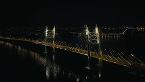 La conduite sur le câble de nuit est restée le pont avec l'illumination moderne dans la ville banque de vidéos