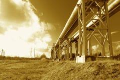 La conduttura d'acciaio è fotografata sulla priorità bassa del cielo Fotografia Stock