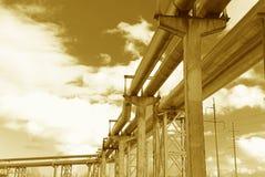 La conduttura d'acciaio è fotografata sulla priorità bassa del cielo Fotografie Stock