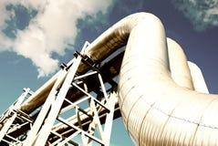 La conduttura d'acciaio è fotografata sulla priorità bassa del cielo Immagine Stock