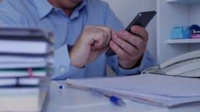La conexión de Using Cellphone Wireless del hombre de negocios escribe y leyó mensajes almacen de video