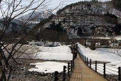 La conexión del puente Shirakawa-va pueblo y estacionamiento imagen de archivo libre de regalías