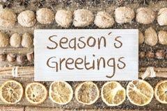 La configuration d'appartement de nourriture de Noël, texte assaisonne des salutations, flocons de neige Photographie stock libre de droits