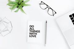 La configuration plate avec font tout des choses avec la citation de motivation d'amour Photo stock