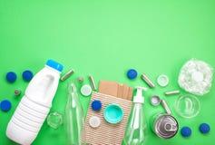 La configuration plate de différents déchets gaspille prêt pour la réutilisation plastique photos libres de droits