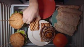 La configuration plate de la main prennent la nourriture la nuit avec sur les ?tag?res du r?frig?rateur clips vidéos