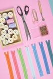 La configuration plate du matériel de couture contient les ciseaux, mesurant le robinet Photo libre de droits