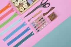 La configuration plate du matériel de couture contient les ciseaux, mesurant le robinet Photographie stock libre de droits