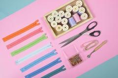 La configuration plate du matériel de couture contient les ciseaux, mesurant le robinet Photo stock