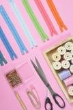 La configuration plate du matériel de couture contient les ciseaux, mesurant le robinet Image libre de droits