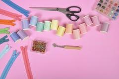 La configuration plate du matériel de couture contient les ciseaux, mesurant le robinet Photographie stock