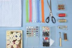 La configuration plate du matériel de couture contient les tissus, ciseaux, shir Photographie stock libre de droits