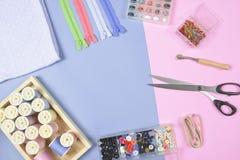 La configuration plate du matériel de couture contient les tissus, ciseaux, shir Photographie stock