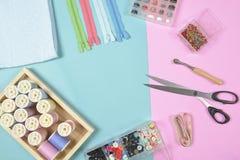 La configuration plate du matériel de couture contient les tissus, ciseaux, shir Photo stock