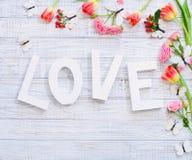 La configuration plate fleurit le mot de cadre et d'amour Photo libre de droits