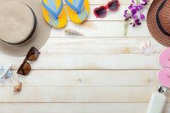 La configuration plate objecte l'accessoire pour le concept de fond de vacances d'été de voyage photographie stock libre de droits