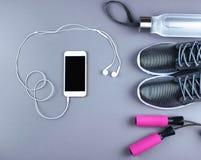La configuration plate a tiré des espadrilles, écouteurs, téléphone Image libre de droits