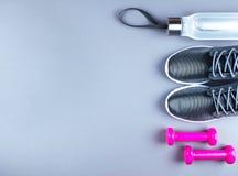 La configuration plate a tiré des espadrilles, de la corde de jumpung et des haltères Photographie stock