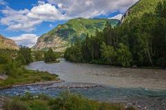 La confluencia de dos ríos en las montañas Fotografía de archivo libre de regalías