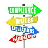 La conformidad gobierna muestras de la flecha de las instrucciones de las regulaciones Foto de archivo