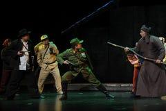 La confrontation entre les armes à feu et les bâtons - opéra de Jiangxi une balance Photos libres de droits