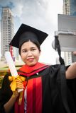 La congratulazione di istruzione di concetto in università, selfie prende la foto fotografie stock