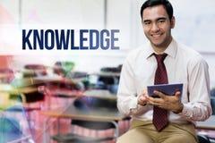 La connaissance contre le professeur avec le PC de comprimé dans la salle de classe photos libres de droits