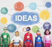 La connaissance d'échange d'idées créative imaginent pour penser le concept Photo libre de droits