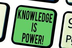 La connaissance des textes d'écriture de Word est puissance Le concept d'affaires pour savoir est plus puissant que la clé de cla photo stock