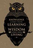 La connaissance vient de l'étude La sagesse vient de la vie Citation créative de inspiration de motivation Owl Vector Banner Photographie stock libre de droits