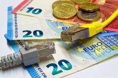 La connexion réseau deux branche l'opposé sur l'un l'autre et d'euro billets de banque et pièces de monnaie comme fond Images libres de droits