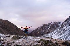 La conquista dei picchi di montagna fotografie stock