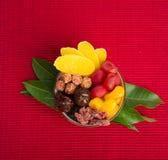 la conserva o la miscela frutta ha conservato i frutti sui precedenti immagini stock libere da diritti