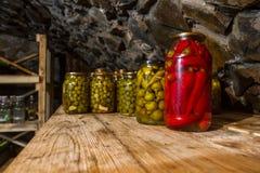 La conservazione, sottaceti, marinate, in barattoli di vetro sta nei bas Fotografia Stock