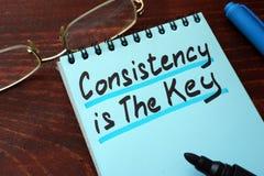 La consistencia es la llave escrita en una libreta imagen de archivo libre de regalías