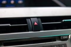 La consola de control central en el panel dentro del primer del coche con control del clima y el sistema audio y de un agujero pa foto de archivo
