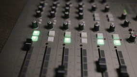 La consola de mezcla también llamó el mezclador audio, tablero sano, cubierta de mezcla o el mezclador es un dispositivo electrón almacen de video
