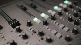 La consola de mezcla también llamó el mezclador audio, tablero sano, cubierta de mezcla o el mezclador es un dispositivo electrón metrajes