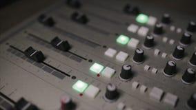La consola de mezcla también llamó el mezclador audio, tablero sano, cubierta de mezcla o el mezclador es un dispositivo electrón almacen de metraje de vídeo