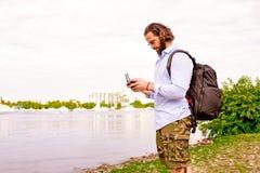 La consola del abejón está en las manos de un hombre joven Un hombre hermoso controla un quadrocopter fotos de archivo
