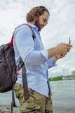 La consola del abejón está en las manos de un hombre joven Un hombre hermoso controla un quadrocopter fotos de archivo libres de regalías