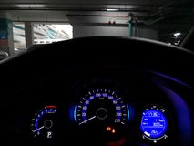 La consola del coche en el estacionamiento que espera para conducir imágenes de archivo libres de regalías
