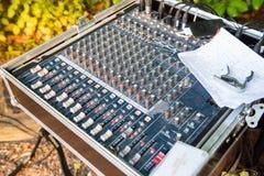 La console mescolantesi nella birra fa il giardinaggio ad un concerto dell'aria aperta immagine stock