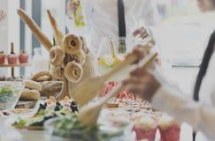 La consommation apprécient la nourriture le café que de fête célèbrent le concept de repas Image stock