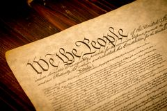 La constitution d'Etats-Unis sur un bureau en bois Images libres de droits