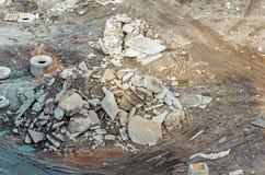 La construcción de la basura de la suciedad remonta de los charcos del coche aterriza en el emplazamiento de la obra Foto de archivo libre de regalías