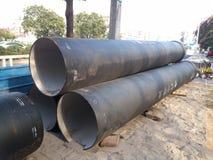 La construcción de carreteras, puso algunos de los tubos gigantes Imagen de archivo