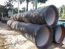 La construcción de carreteras, puso algunos de los tubos gigantes Fotos de archivo libres de regalías